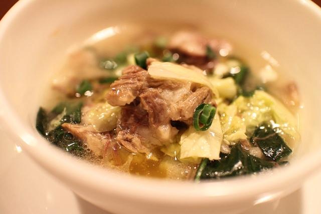 第一回「肉Meets」の料理から、近江牛のテールと田淵農園の冬野菜のスープ