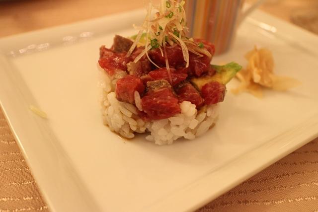 """表面を軽く炙った熟成肉のタンバル寿司""""EIDAI STYLE""""熱々のプティ・コンソメスープと共に"""