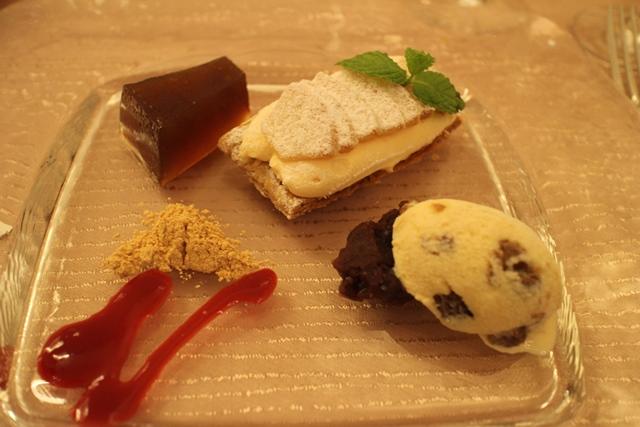 和三盆のわらび餅、自家製ラムレーズンアイス小豆添え、白桃のミルフィーユ仕立て