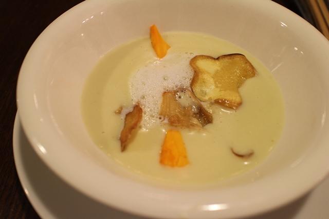 黄金千貫(こがねせんがん)のポタージュスープ、野菜チップをあしらって